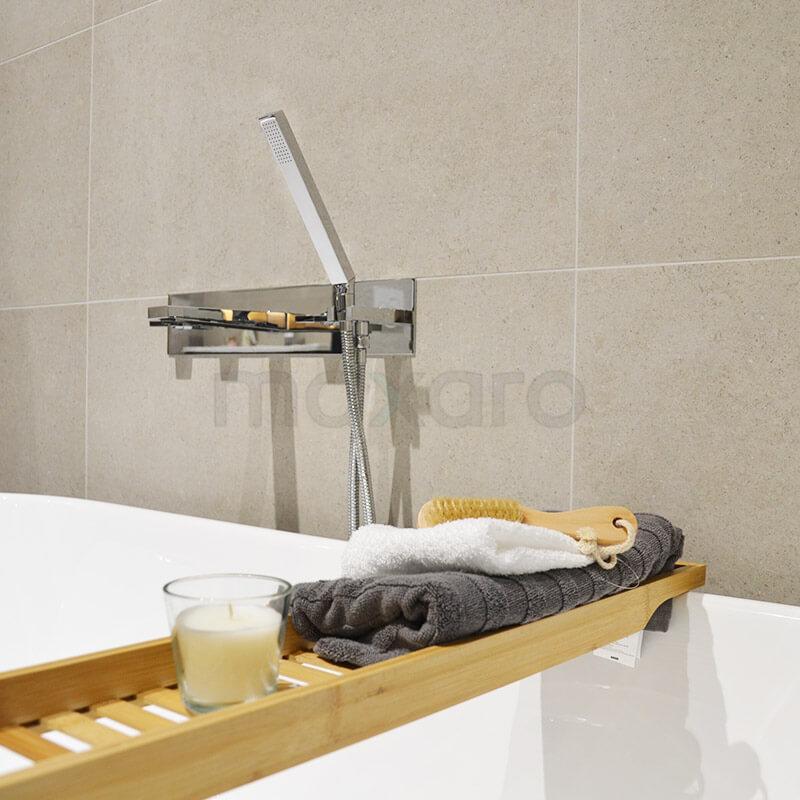 Natuursteen en houtlook badkamer met vrijstaand bad | Maxaro
