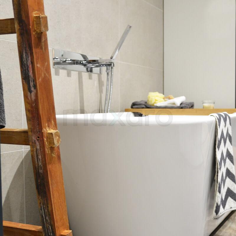 Natuursteen en houtlook badkamer met vrijstaand bad maxaro - Badkamer exotisch hout ...