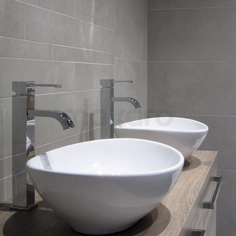 Uni stroken in de badkamer een hele mooie mix maxaro - Badkamer tegelmat wit ...