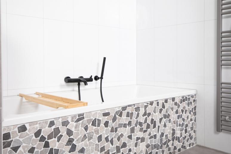 inbouwbad-mozaiek-zwarte-kraan.jpg